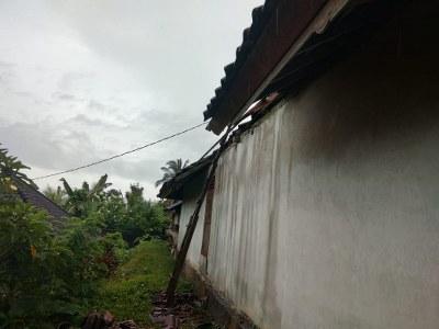 Atap rumah Nenek Jro Mangku Wesning yang hancur karena diterjang angin kencang