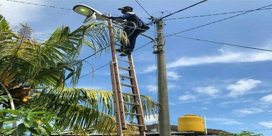 Ket foto : Petugas Dishub Denpasar saat melaksanakan perbaikan LPJU di Wilayah Kota Denpasar, Minggu (21/2).