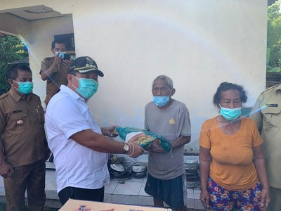 Cepat tanggap Bupati Jembrana I Putu Artha langsung mengunjungi korban musibah kebakaran rumah pekan lalu yang menimpa nenek Ni Ketut Rianti (70) asal Banjar Temukus, Desa Asahduren. Senin (15/02/2021).