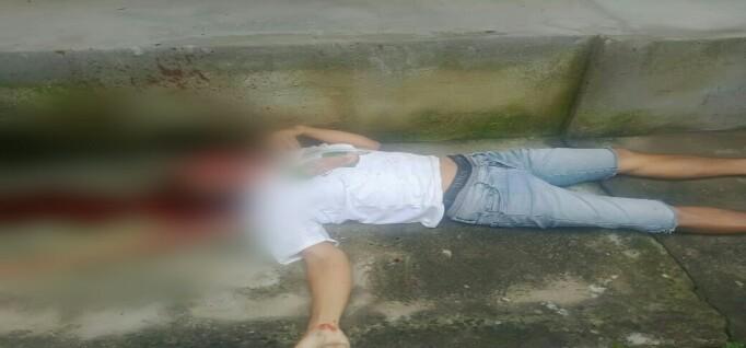Kadek Sutarjana (40), akibat pengaruh alkohol dirinya dipukul temannya sendiri Ida Kade Suarsana (39) hingga tewas dirumahnya sendiri Banjar Dinas Munduk, Kecamatan Banjar Buleleng.