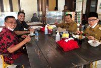 Bupati Jember Haji Hendy Siswanto yang kedatangannya saat itu mengangetkan para ASN dan para sopir pemkab yang sedang makan siang di kantin pada Senin 01 / 03 / 2021.