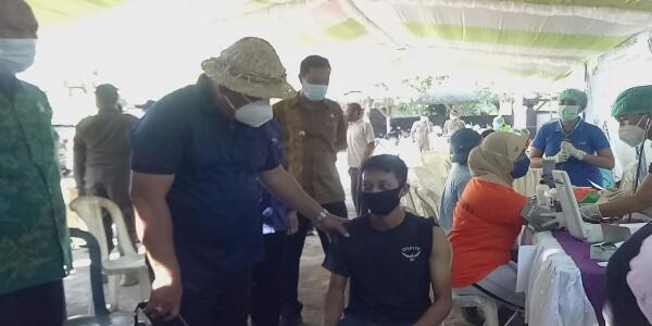 Ket Poto. Bupati Tamba Pantau vaksinasi masal untuk para buruh pengalengan ikan di Desa Pengambengan