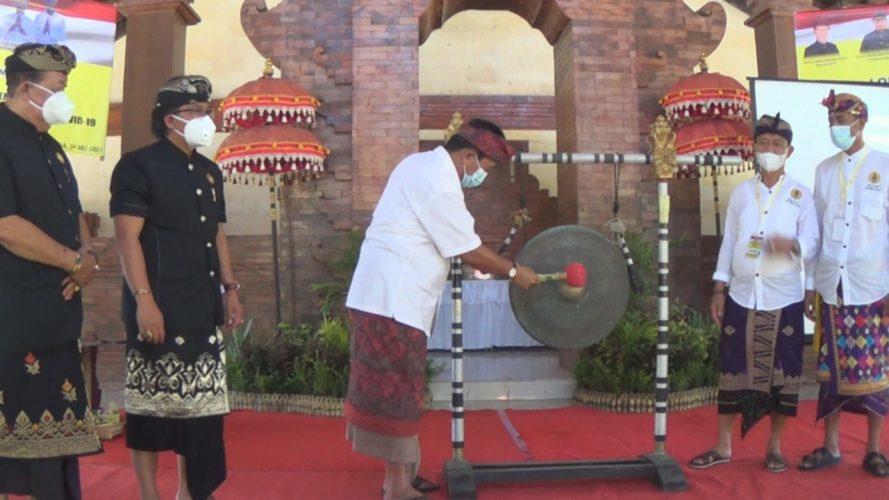 Ket Poto, Bupati Jembrana I Nengah Tamba yang diwakili Asisten Pembagunan dan Kesra IGN Sumber Wijaya dengan pemukulan gong