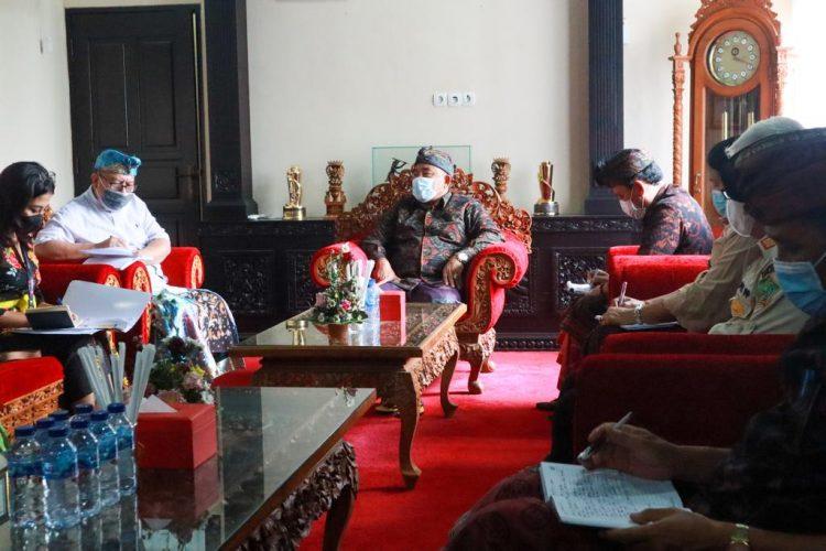 Ket poto, Bupati Jembrana I Nengah Tamba saat menerima audiensi dari Direktur Poltek KP Jembrana I Gusti Putu Gede Rumayasa berserta jajarannya di ruang rapat Kantor Bupati Jembrana, Kamis (27/5/2021).