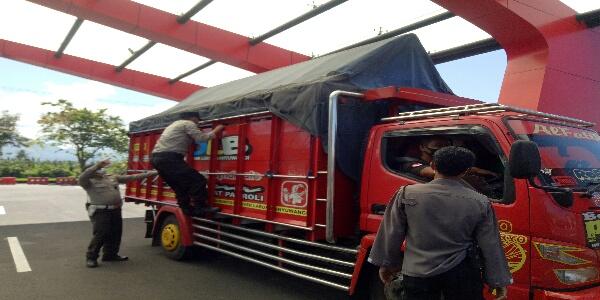 Ket Poto, petugas memeriksa truk pakai terpas antisipasi pemudik numpang di truk