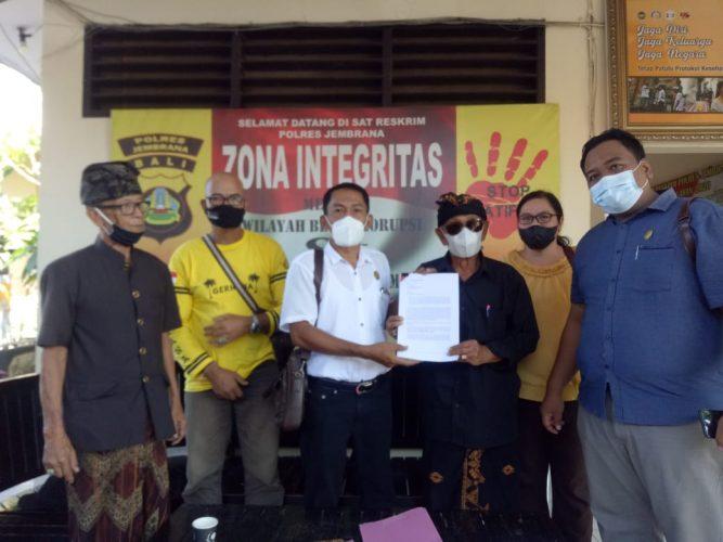 Ket poto, Bendesa Adat Batuagung IB Mantra bersama Kuasa Hukum I Wayan Sudarsana serta pengurus dan staf melapor ke Polres Jembrana
