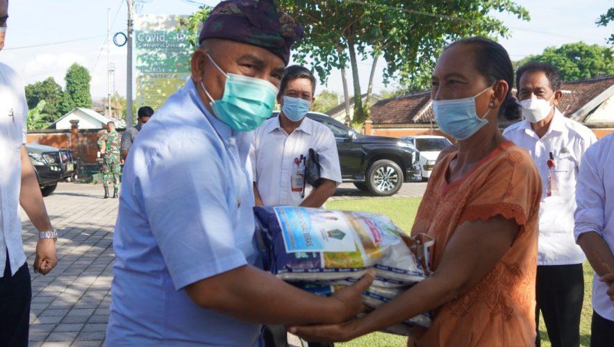 Ket Poto, Bupati Tamba bagikan beras ke pedagang kecil terdampak PPKM Darurat